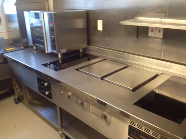 Induction cooking suite with planchas